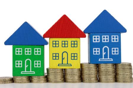 equidad: Tres casas en el aumento de la columna de monedas de oro de color