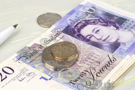 sterlina: Una finanza Sterling ancora la vita con le note di valuta calcolatrice monete e penna.