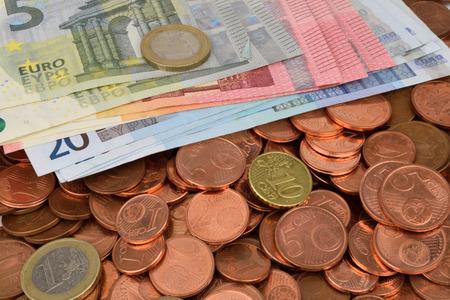 dinero euros: Una fotografía de billetes y monedas en primer plano.