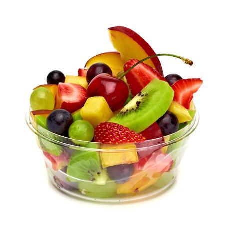owoców: Sałatka owocowa w zabrać kubek na białym tle Zdjęcie Seryjne