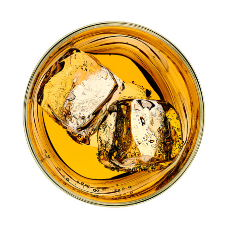 Whiskey in glas van boven op witte achtergrond Stockfoto