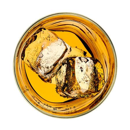 vidrio: Whisky en el vidrio de arriba sobre fondo blanco Foto de archivo