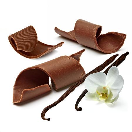 cacao: Rizos chocolate con los granos de vainilla en el fondo blanco