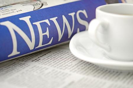 フィールドの浅い深さで新聞とコーヒー カップのマクロ撮影