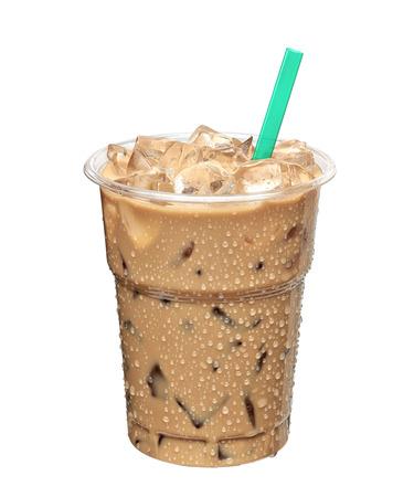 Iced latte of ijskoffie in meeneem cup op een witte achtergrond