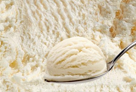 Cucchiaio di gelato alla vaniglia sullo sfondo di gelato Archivio Fotografico - 57803440