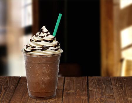 木製のテーブルにアイス ブレンド コーヒー