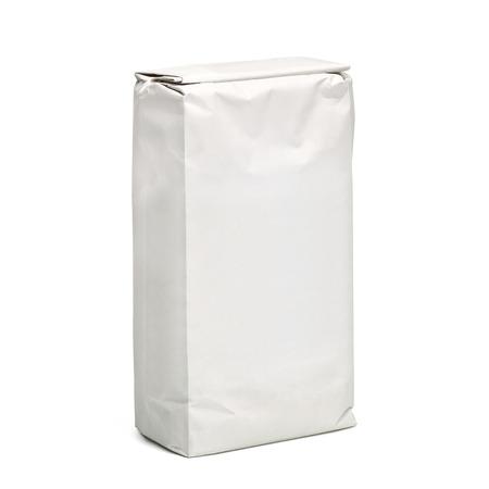 En blanco paquete de la bolsa de papel de suelo aislado en el fondo blanco