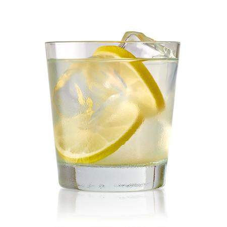 vaso de jugo: Cal de la vodka, barrena o pistola de tónico con hielo en vidrio en el fondo blanco