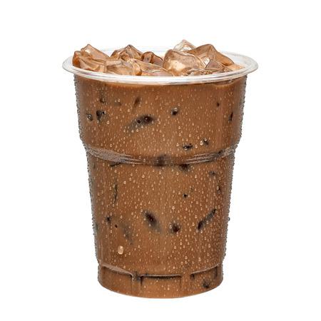 Mrożona kawa w filiżance na wynos na białym tle