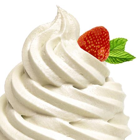 helado de vainilla suave o yogur congelado en el fondo blanco con fresa y menta