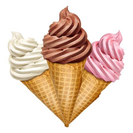 柔らかいバニラ、白い背景の上の円錐形のイチゴとチョコレートのアイスクリーム