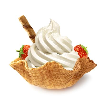 Helado de vainilla en un tazón suave de la galleta en el fondo blanco