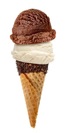La vainilla y del chocolate cucharadas de crema con cono de rociado sobre fondo blanco