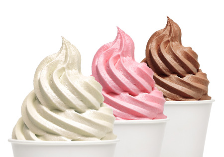 Weiche Vanille, Erdbeere und Schokolade Eis in Essen zum Mitnehmen Pappbecher auf weißem Hintergrund.