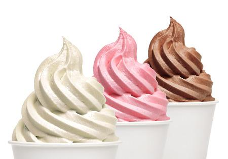 vanille douce, fraise et crème glacée au chocolat dans le papier à emporter tasses sur fond blanc. Banque d'images