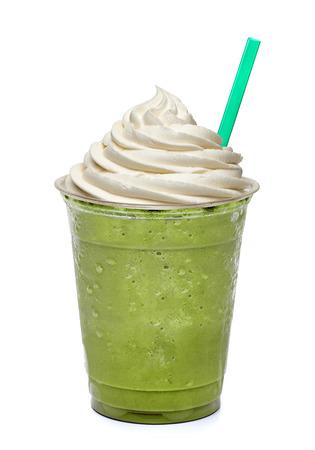 白い背景に分離されたテイクアウト カップで緑茶
