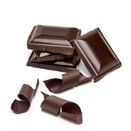 tabletas de chocolate pila y rizos sobre un fondo blanco