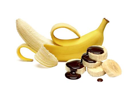 banane: Banane pelée aux tranches de sauce au chocolat sur fond blanc