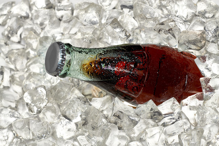 ice crushed: Cola fles in crushed ice