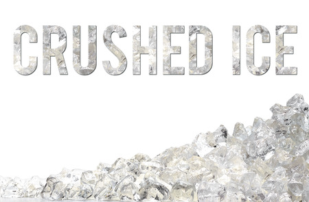 pila de hielo picado en el fondo blanco