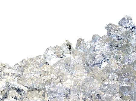 mucchio ghiaccio tritato su sfondo bianco