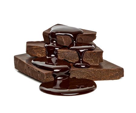 白い背景にひびの入ったチョコレート ブロック チョコレート ソース花 写真素材