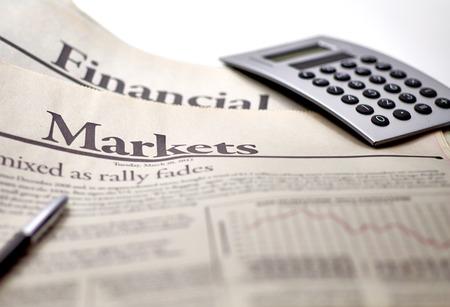 periodicos: Economía periódico con la calculadora en la profundidad de campo