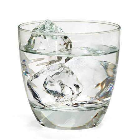 gaseosas: Vodka, tequila o arma en rocas vaso con hielo aislado en el fondo blanco