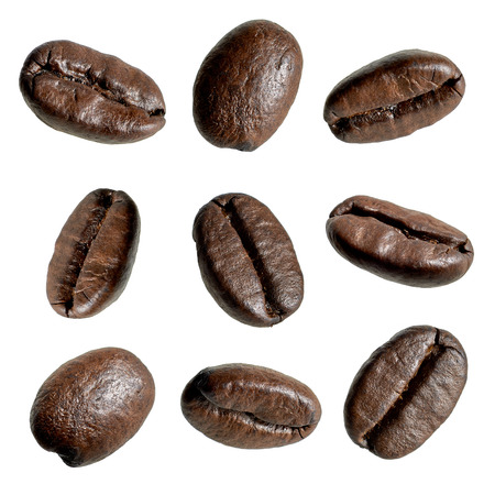 Sluiten van koffie bonen op witte achtergrond