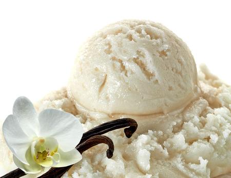 Cucharadas de helado de vainilla con vainas de vainilla o vainas sobre un fondo blanco