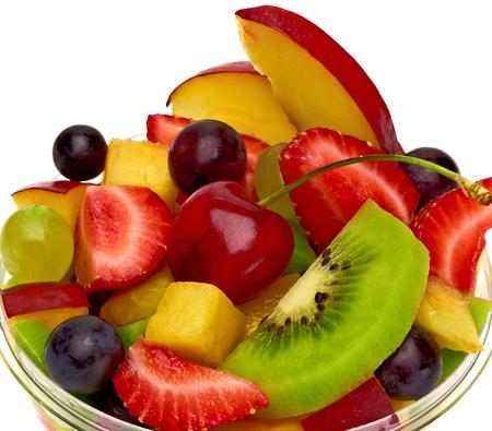 ensalada de frutas: Para llevar taza de ensalada de frutas en el fondo blanco