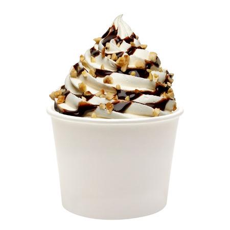 空白の紙カップにチョコレート ソースと柔らかいバニラアイス クリーム