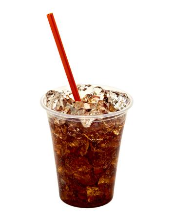 Cola mit Eis Cup in Essen zum Mitnehmen auf weißem Hintergrund