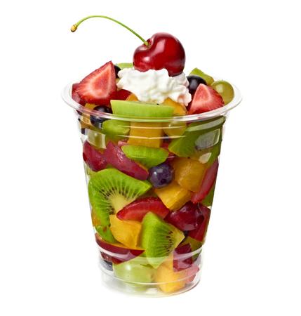 ensalada de frutas: ensalada de frutas con crema de llevar la Copa sobre un fondo blanco