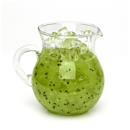 jugo de frutas: Kiwi batido de frutas con hielo en la jarra - trazado de recorte incluidos Foto de archivo
