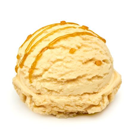 Caramel ijs met karamelsaus en delen op een witte achtergrond