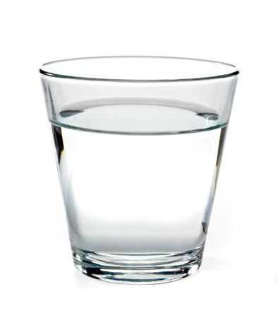 Glas water op een witte achtergrond.