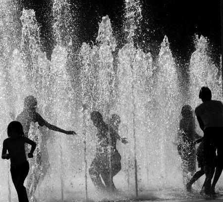 fontana: Bambini che giocano in acqua Archivio Fotografico