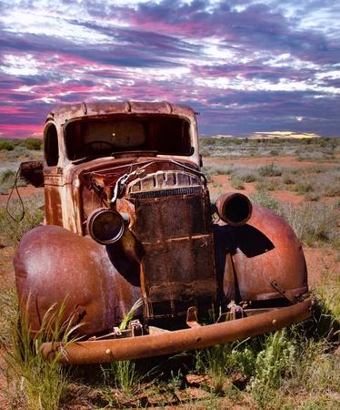 Ein rostiger alter Pick-up Truck sitzt in einem Feld verfallenen