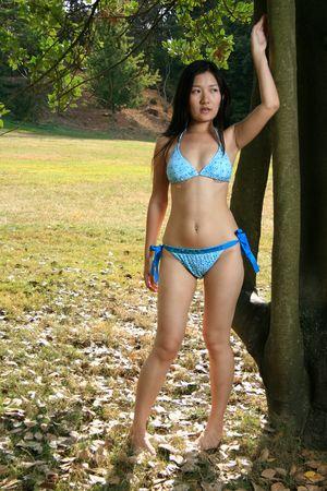 korean fashion: Asia Bikini modelo posando al aire libre
