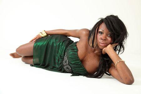 voluptueuse: Portrait de belles jeunes africains am�ricains femme sur un fond blanc isol�e en studio Banque d'images