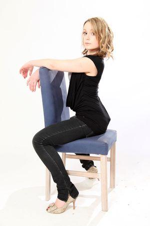 jeans apretados: Hermosa joven cauc�sica en aislado Studio de configuraci�n