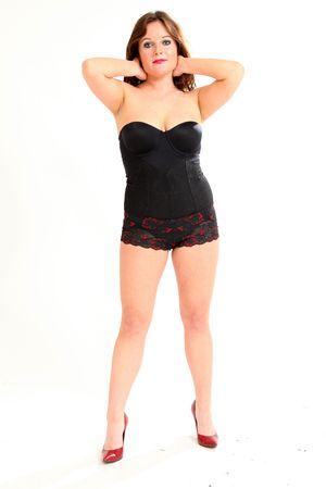 hoer: Mooie jonge vrouw op geïsoleerde zwarte achtergrond