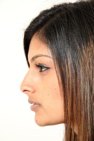 voluptuous: Bella giovane donna indiana in isolato impostazione di Studio