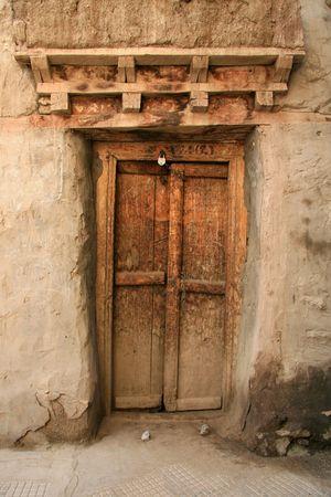 overlooking: Palacio de Leh en la cima de la colina que domina la aldea de Leh, en el norte de India