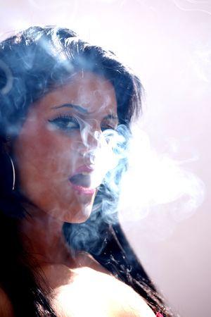 fumando: Hermosa modelo femenina joven en aislado Studio de configuraci�n Foto de archivo