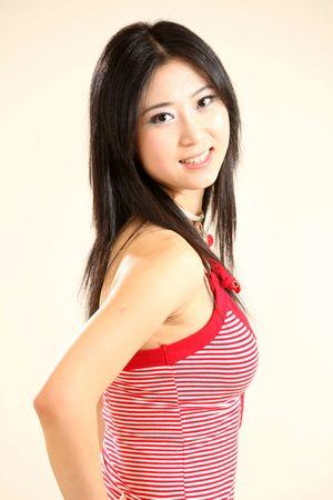 korean fashion: Hermosa modelo femenina joven en aislado Studio de configuraci�n