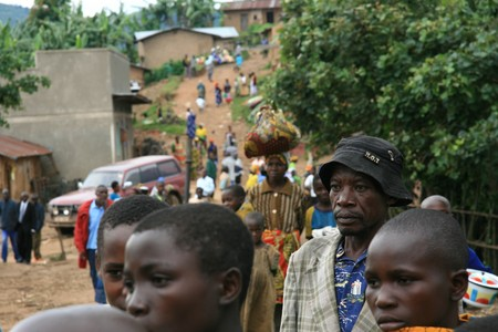 dr: DR CONGO - NOV 2ND : Refugees cross from DR Congo into Uganda at the border village of Busanza in Kisoro district on 2nd November 2008