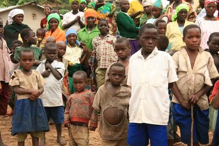 DR CONGO - 2e NOV: Traversent réfugiés de la République démocratique du Congo en Ouganda dans le village de Busanza de la frontière dans le district de Kisoro le 2e novembre 2008